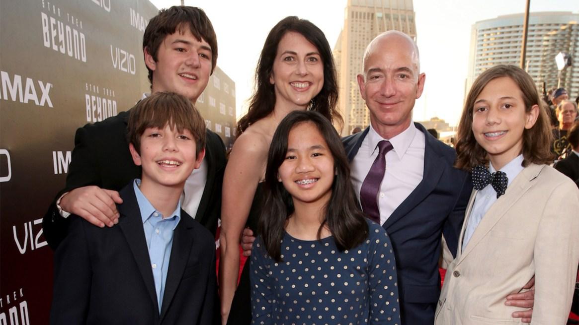 """Jeff y Mackenzie junto a sus cuatro hijos, en la premiere de""""Star Trek Beyond"""" en julio de 2016 en San Diego, California"""
