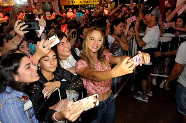 """""""¡Vení, vení, vení, sacate una foto…!"""". Flor Vigna accede al pedido de sus fans y se toma una selfie. Sucedió al terminar la primera función de """"Una noche, nada más"""", que protagoniza en el Nacional con Nico Vázquez (en la foto, atrás, saludando a sus admiradoras) y Benjamín Rojas. Y ya se asoma un éxito… (Foto: Teleshow)"""