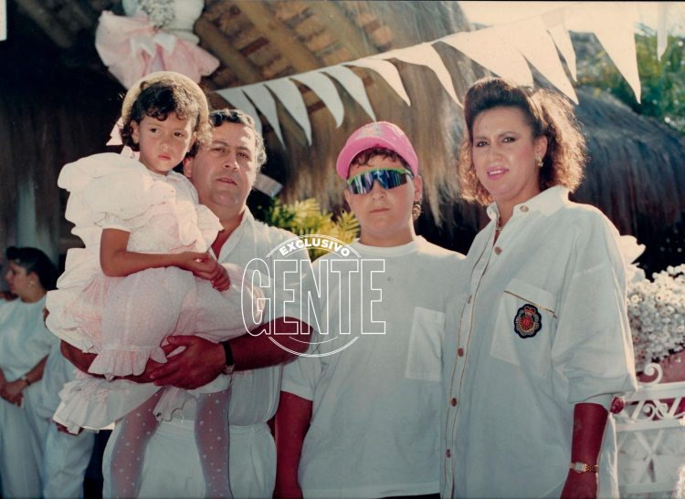 Una imagen de tiempos felices de la familia Escobar en Colombia: Pablo con su hija Manuela en brazos, Victoria Eugenia, su esposa, y Juan Pablo, su primogénito.