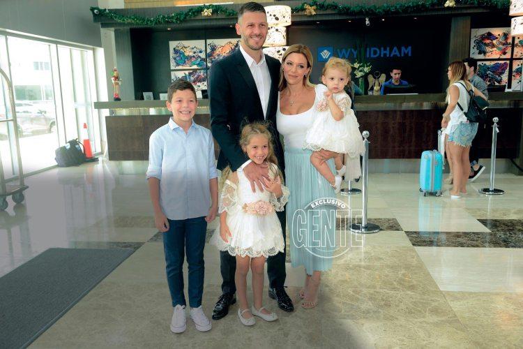 Martín (ya retirado del fútbol), Evangelina y sus hijos (Bastian, Lola y Emma), al momento de llegar al salón donde se ofició el bautismo.