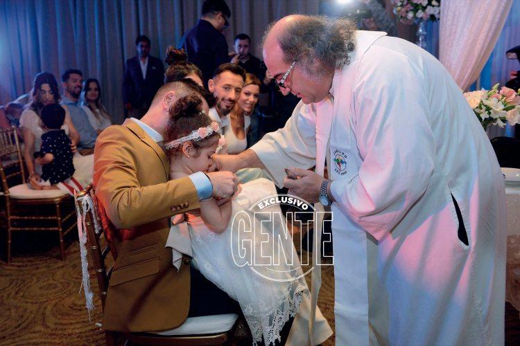 """El padre César Scicchitano, conocido como el """"cura rockero"""", se encargó de la ceremonia."""