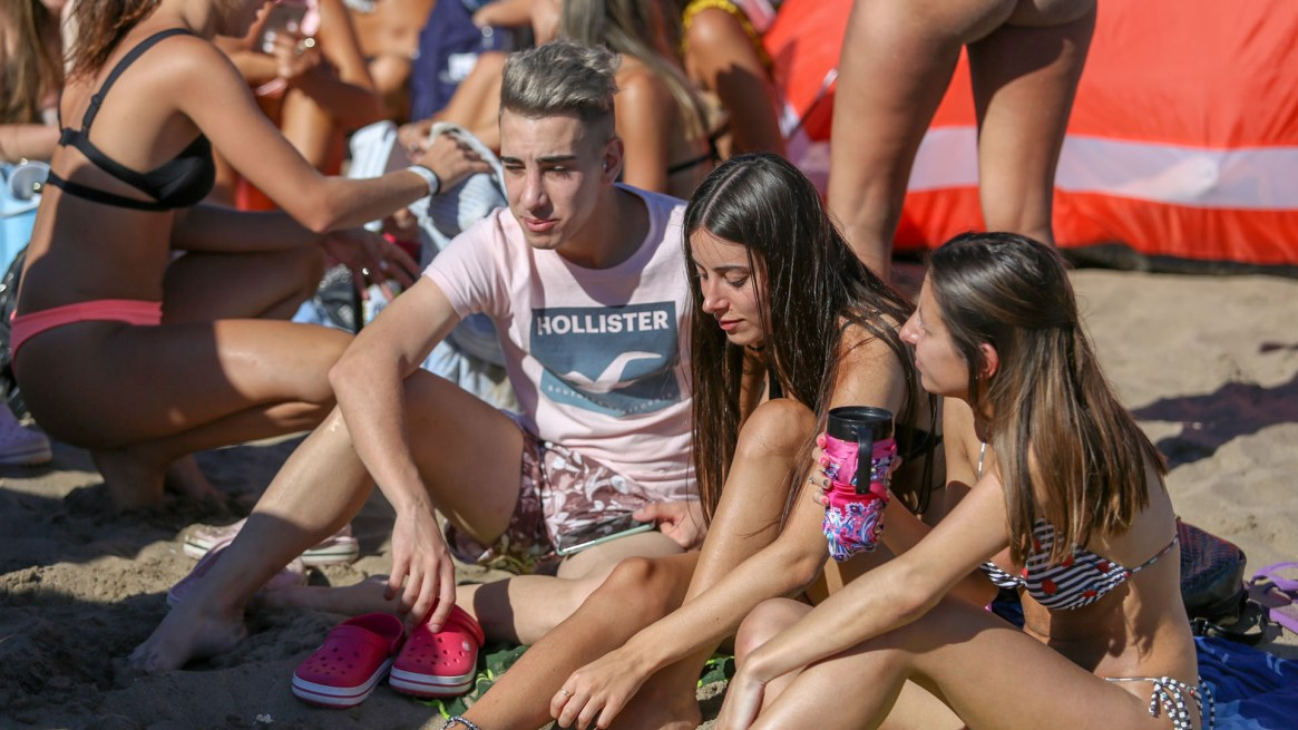 Parlantes, heladeritas y redes sociales, los infaltables de Playa Grande (Christian Heit)