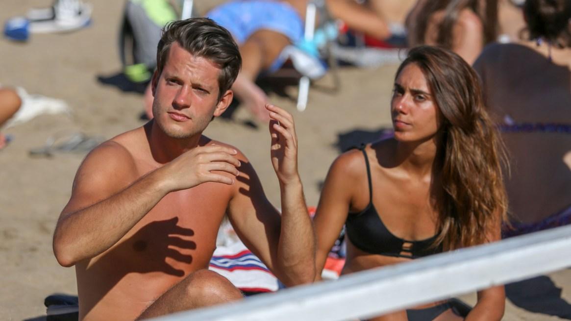 Matías (24) y Celeste (22) se quedan cuatro días en Mar del Plata eligieron Playa grande (Christian Heit)