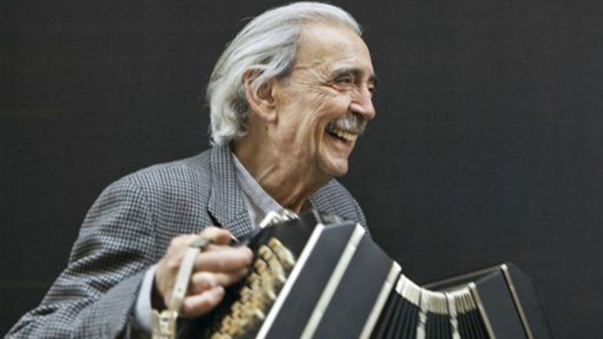 Gelman tocando el bandoneón, una de sus pasiones, retratado por el gran fotógrafo argentino Daniel Mordzinski