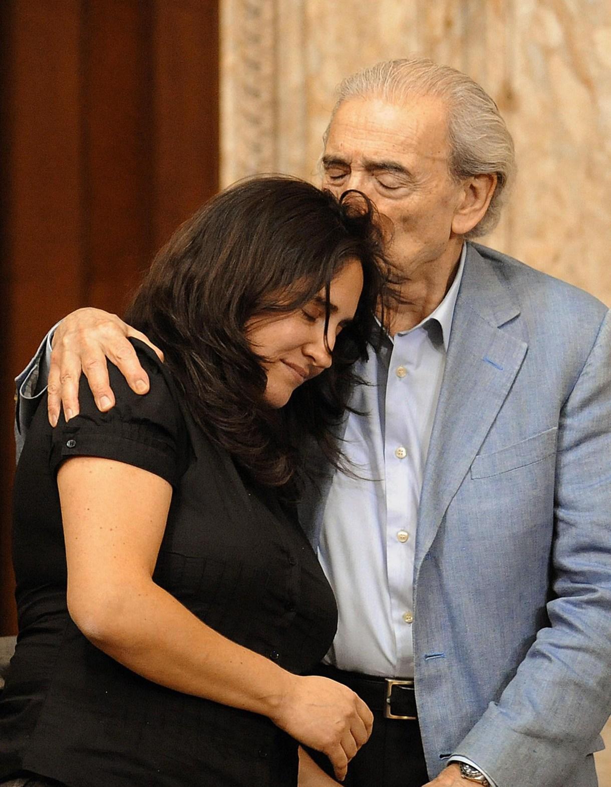 Juan Gelman besa a su nieta, Macarena Gelman, luego de que el ex presidente uruguayo José Mujica aceptara la responsabilidad del estado uruguayo con respecto al crimen político contra Maria Claudia García de Gelman, durante la última dictadura (AFP /Miguel Rojo)
