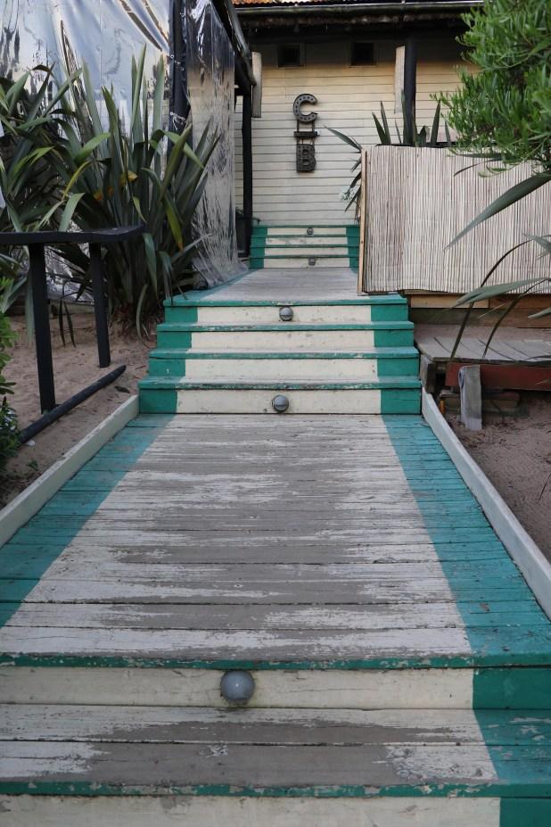 La extensa escalera que lleva a la entrada del restaurante, en Manantiales (Fotos: Matías Souto)
