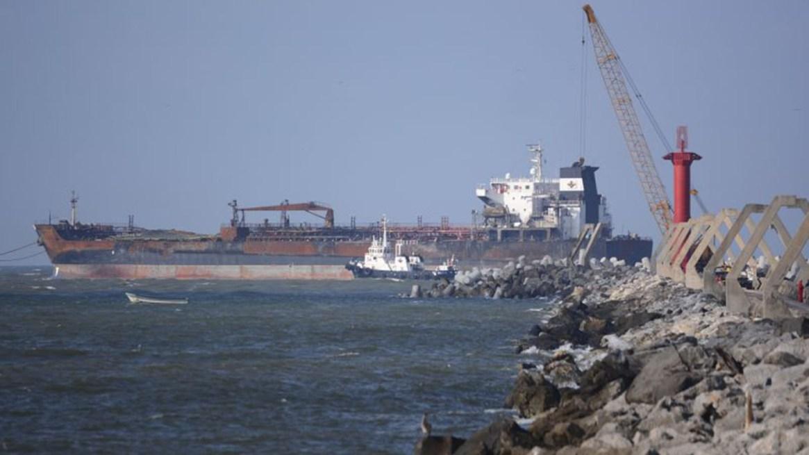 Hay barcos fondeados desde diciembre pasado, que esperan descargar los combustibles. (Foto: Cuartoscuro)