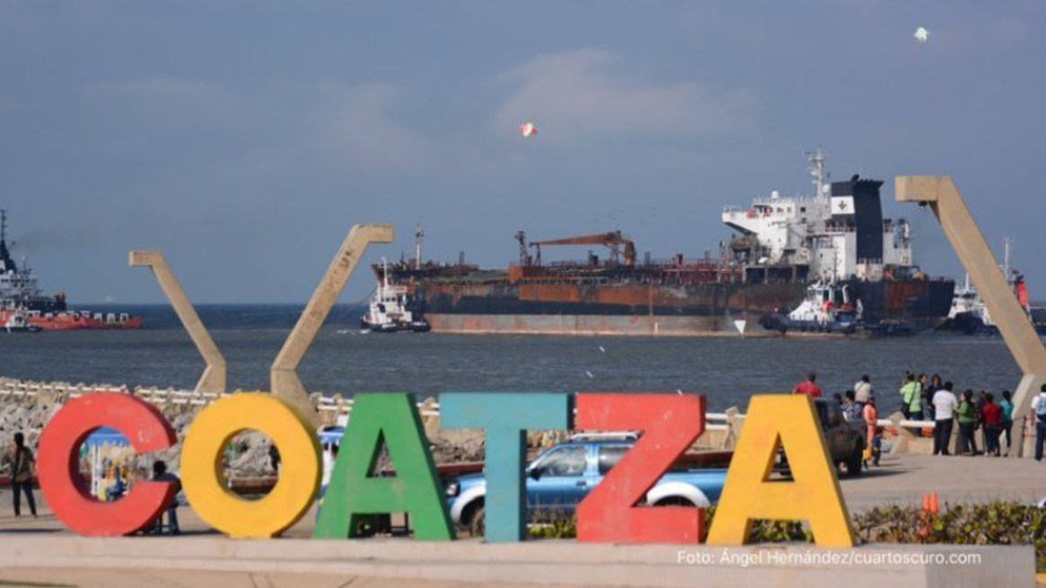 En Coatzacoalcos hay 6 barcos que esperan atracar los combustibles. (Foto: Cuartoscuro)