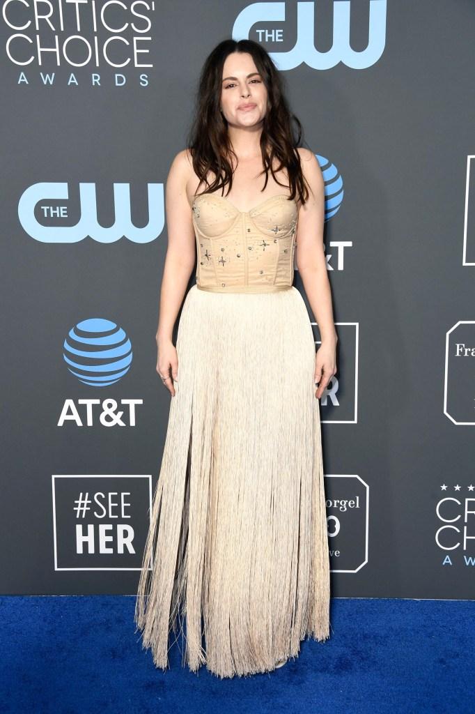 Emily Hampshire. Corset bordado y falda de flecos en off white.