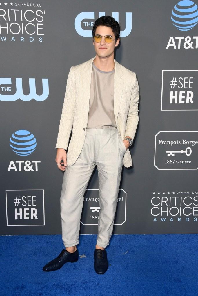 Darren Crissc con un look desestructurado y fuera del dress code elegante, apostó por un pantalón pescador de gabardina, un saco tramado en blanco off white y remera. Para sus pies, zapatos tramados metalizados. El detalle fashion, unos anteojos vintage redondos amarillos