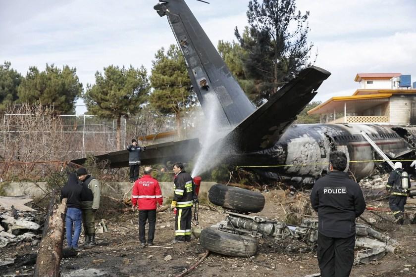 Los restos del Boeing 707 cargotras el accidente (HASAN SHIRVANI/ AFP)