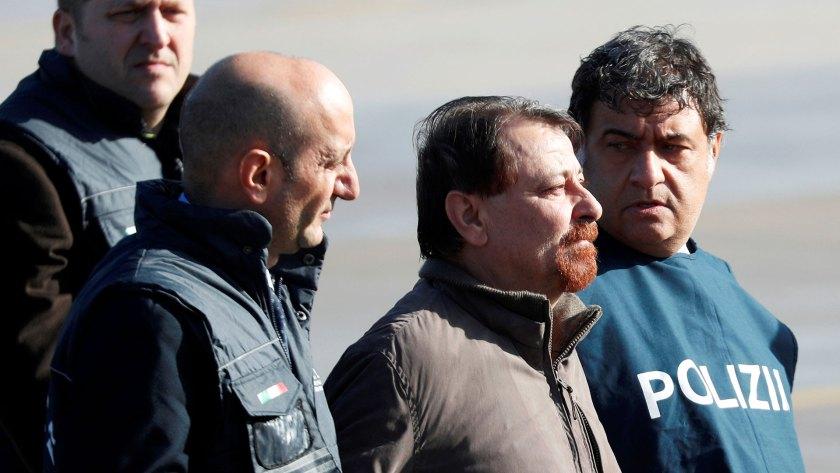 Cesare Battiste, escoltado por la policía italiana (Reuters)
