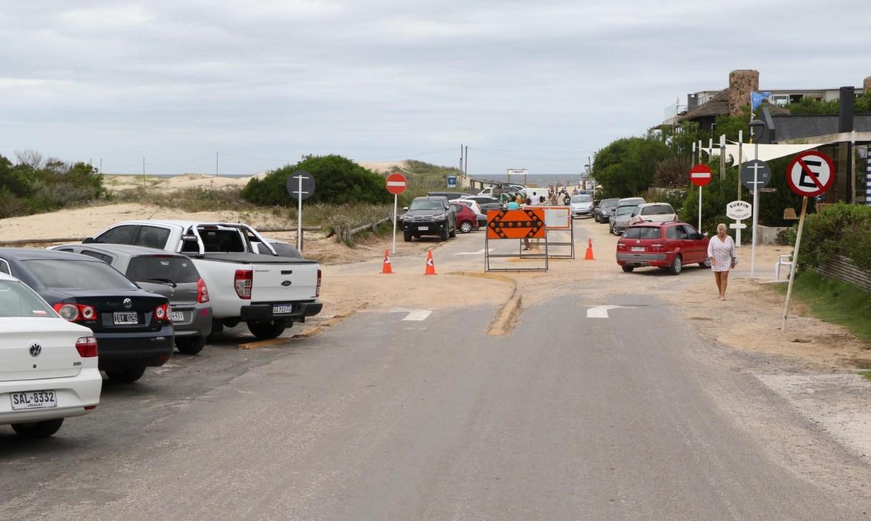 La calle de Los Cisnes que conecta ambas playas se convirtió en un camino de acceso de doble vía