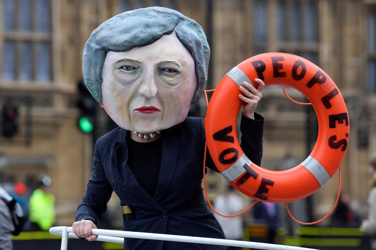 Una activista disfrazada de Theresa May promueve un segundo referéndum de Brexit, frente a las Cámaras del Parlamento en Londres, Gran Bretaña, el 15 de enero de 2019 (Reuters)