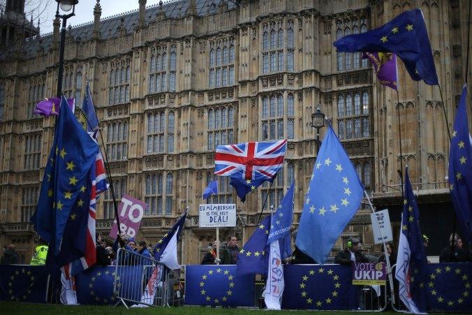 Los manifestantes a favor y en contra de Brexit se congregaron ante el Parlamento el 15 de enero de 2019 en el centro de Londres, mientras el Parlamento se preparbaa para votar finalmente sobre si apoyar o votar en contra del acuerdo alcanzado entre el gobierno de la Primera Ministra Theresa May y la Unión Europea. (AFP)