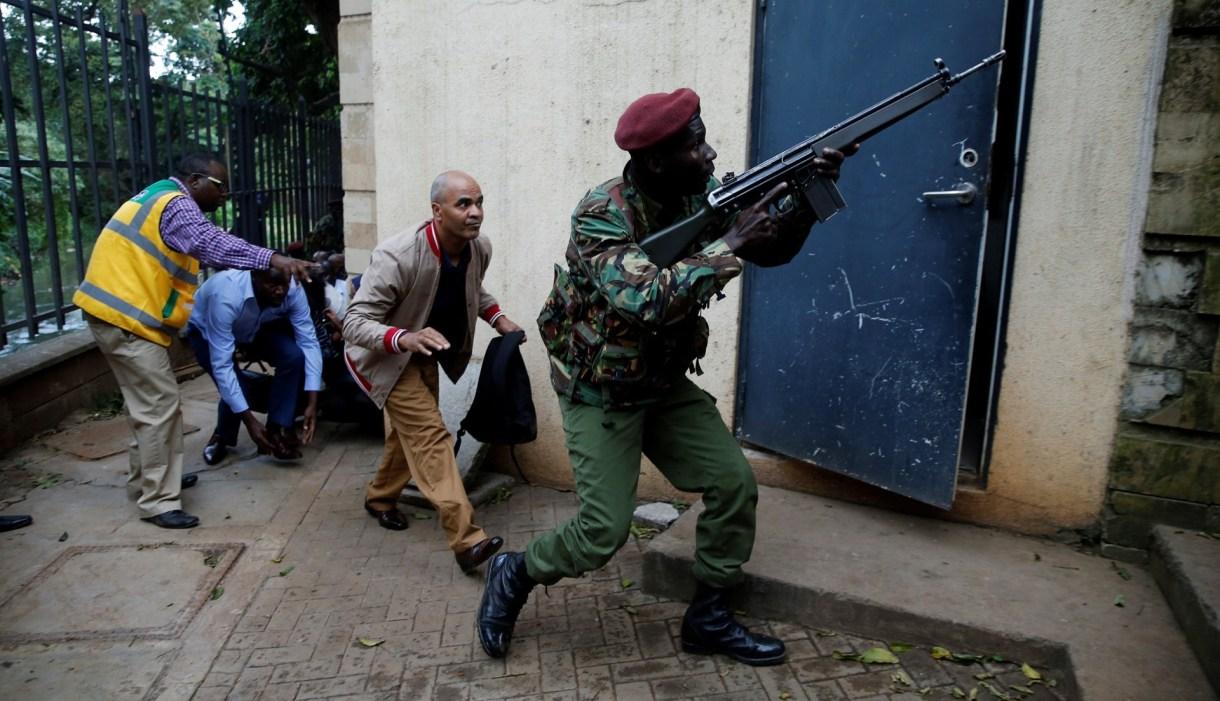 Un miembro de las fuerzas de seguridad resguarda la evacuación (REUTERS/Thomas Mukoya)
