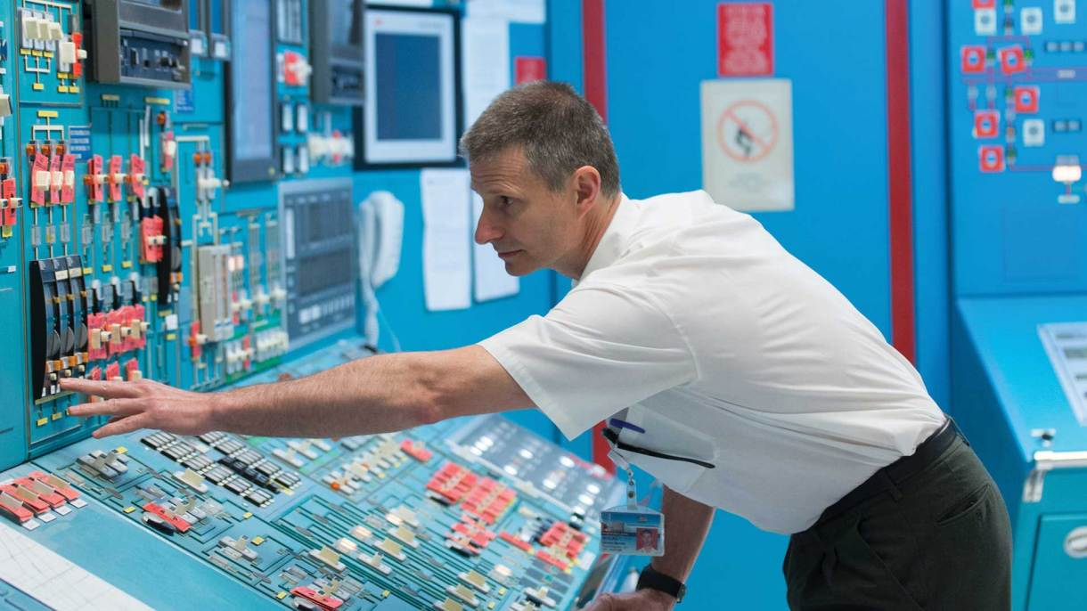 En el interior de la sala de control, donde se monitorea cada detalle del funcionamiento de la central de Embalse. Foto: Emmanuel Bocchi/DEF.