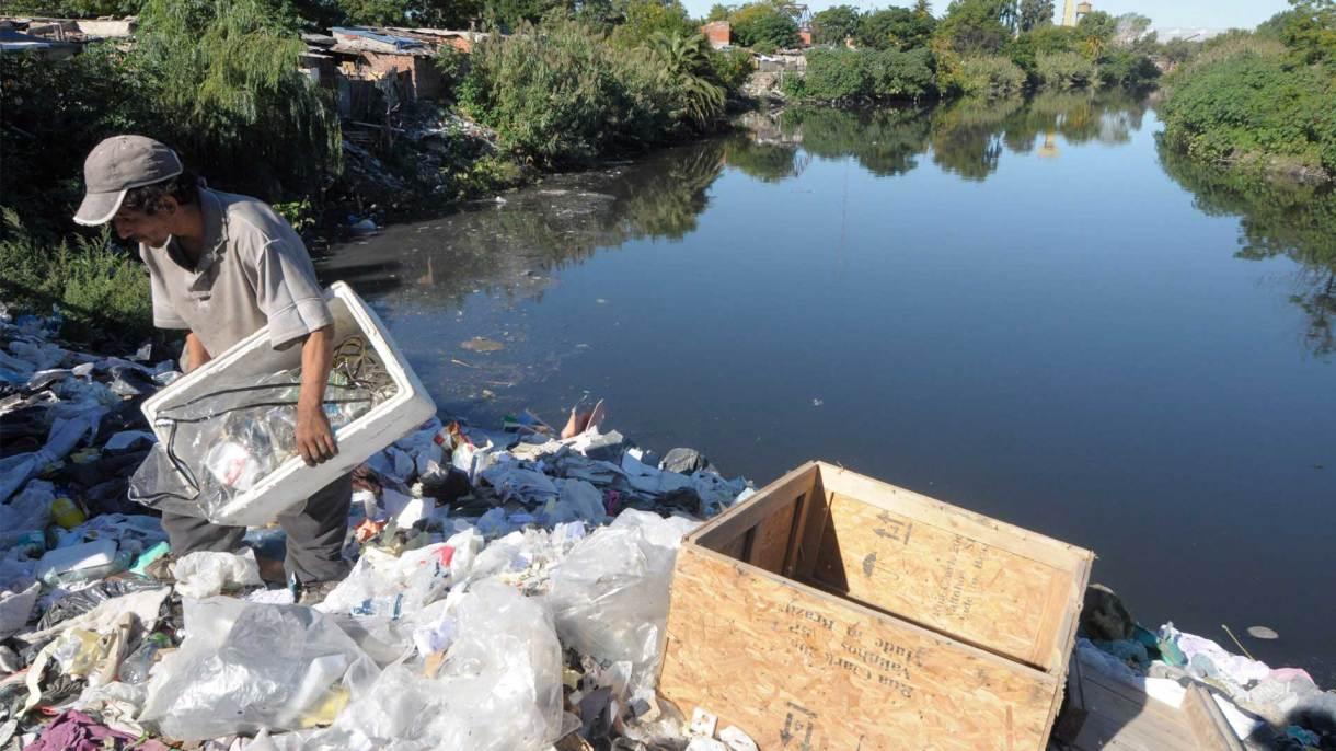 Las toneladas de basura flotante,una de las característica de la contaminada cuenca. Foto: Fernando Calzada/DEF.