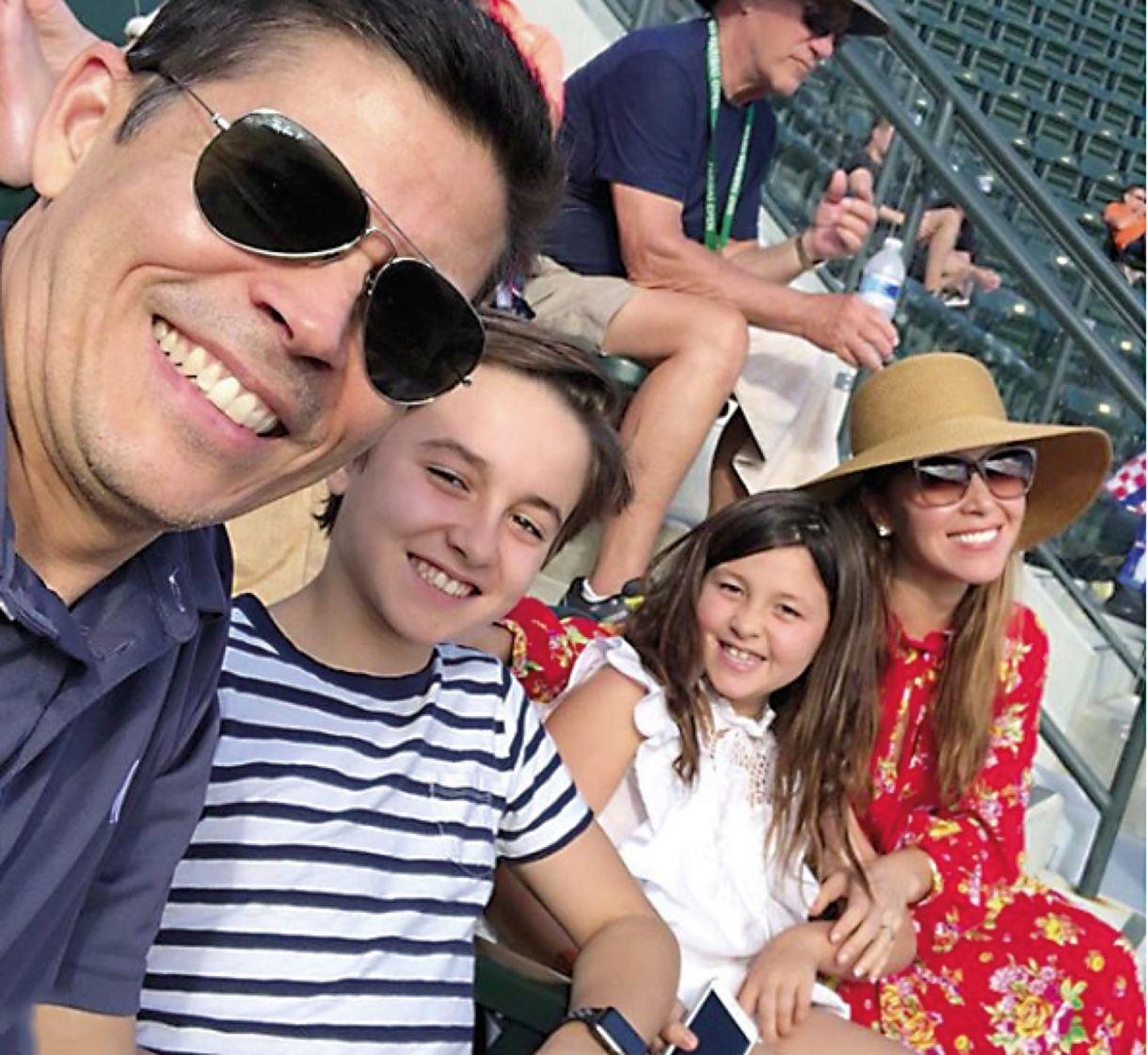 En familia: Moniquejunto a su maridoTom Bugbee, CEOde la marca, ysus hijos Jack ySophia.