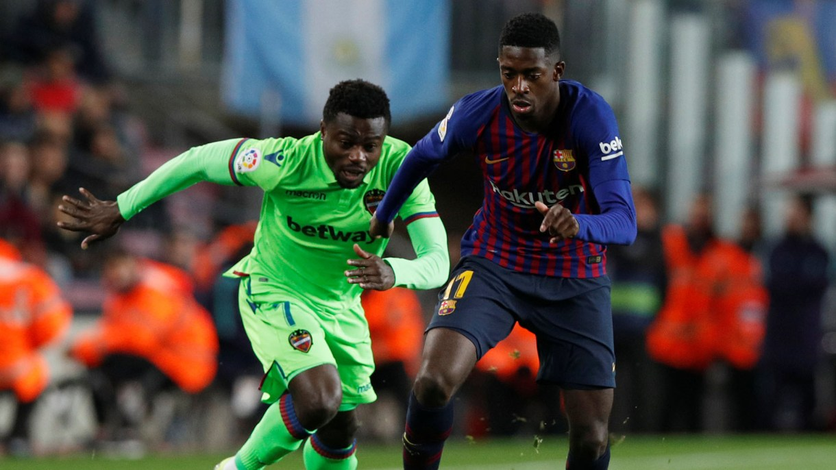 Soccer Football – Copa del Rey – Round of 16 – Second Leg – FC Barcelona v Levante – Camp Nou, Barcelona, Spain – January 17, 2019   Barcelona's Ousmane Dembele in action with Levante's Moses Simon      REUTERS/Albert Gea