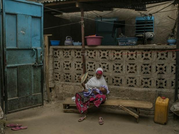 Zalika Amadou abanica a su hijo en Maradi, Niger (Laura Boushnak/The New York Times)