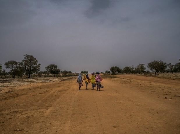 Un grupo de mujeres camina de regreso a su aldea en Maradí (Laura Boushnak/The New York Times)