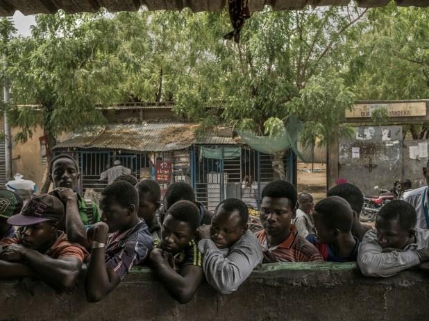 Observadores del tribunal de calle. (Laura Boushnak/The New York Times)