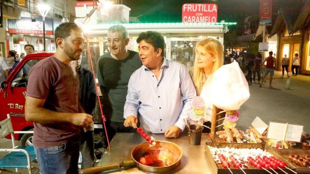 Los tres dirigentes peronistas caminaron por el centro de Villa Gesell y charlaron con vecinos y comerciantes