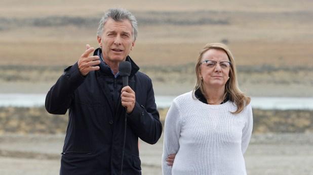 """Mauricio Macri no pudo viajar a la asunción de Maduro pero se hizo presente en Santa Cruz. """"Yo no viajé al futuro pero sí al presente y vine a ver cómo se vive en Venezuela en plena Argentina. La felicito a Alicia por este estado socialista rodeado de pingüinos"""""""