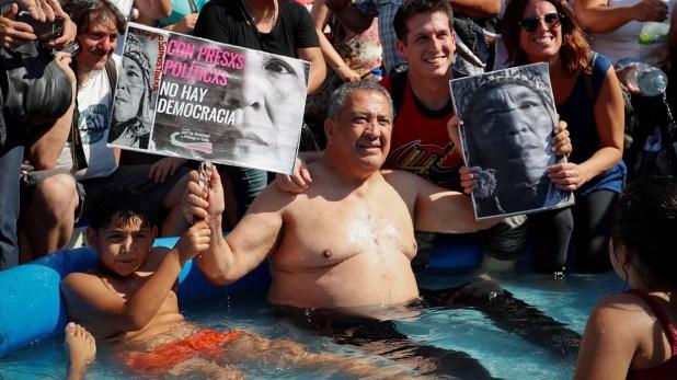 """El argentino es jodido. El pobre D'Elía fue a manifestarse por la detención de Milagro Sala y le dijeron de todo por esa foto en la Pelopincho """"Si no liberan a Milagro, por lo menos liberen a Willy"""". Otro se alegró porque """"finalmente se pegó un baño"""". Y así."""