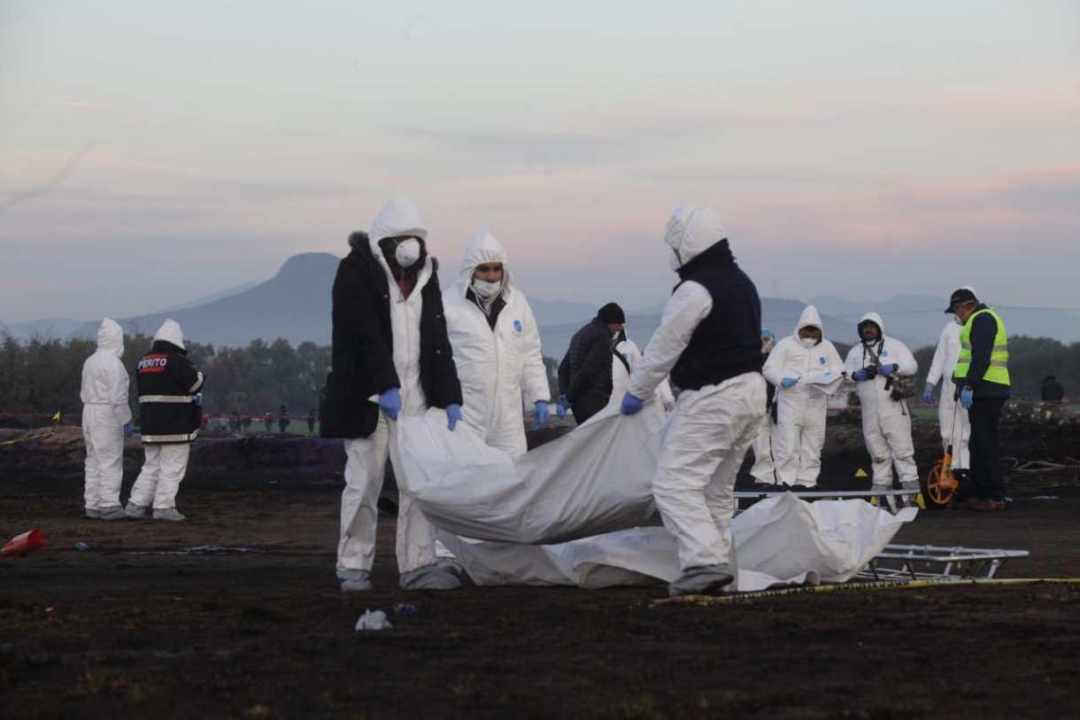 Peritos forenses levantan los cuerpos de los fallecidos en la explosión de la toma clandestina de Hidalgo FOTO: JUAN PABLO ZAMORA /CUARTOSCURO.COM