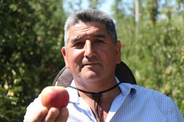 Iván Albornóz, capataz en una finca de producción orgánica de manzanas, advierte sobre los costos petroleros que debe enfrentar la poblaciónajena a rubrohidrocarburos