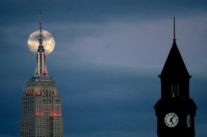 La superluna detrás delEmpire State Building vista desde Jersey City, Nueva Jersey (AP Photo/Julio Cortez)