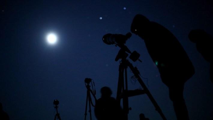 Aficionados a la astronomía observan el eclipse en Vienna, Austria(REUTERS/Lisi Niesner)