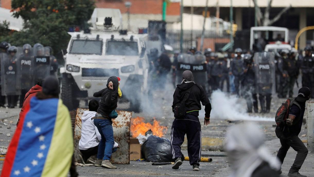 La policía reprime a los manifestantes que solicitan la renuncia de Nicolás Maduro. (REUTERS)