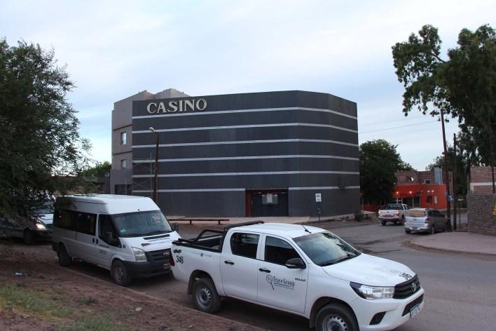 El Casino de Añelo, ícono de la localidad petrolera, sobre una de las pocas cuadras asfaltadas del pueblo.