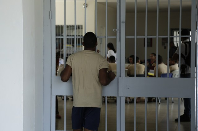 Un joven recluso mira a otro grupo de compañeros reclusos durante la práctica de coro en el centro de detención de Las Garzas de Pacora, Panamá, miércoles 16 de enero de 2019.