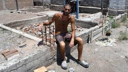 Gil Pereg en el lugar de su casa donde enterró a su madre y a su tía luego de asesinarlas