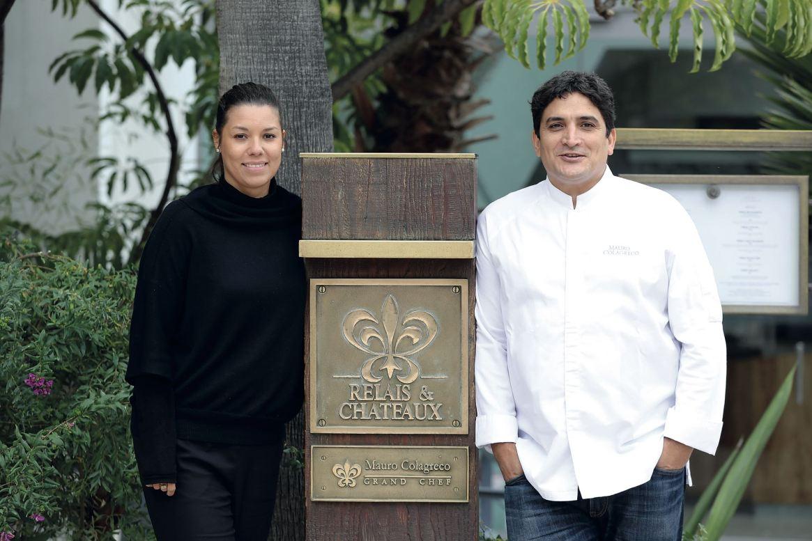 Mauro con su mujer, Julia, en la entrada de Mirazur. Su restaurante tiene una bellísima vista del Mediterráneo.