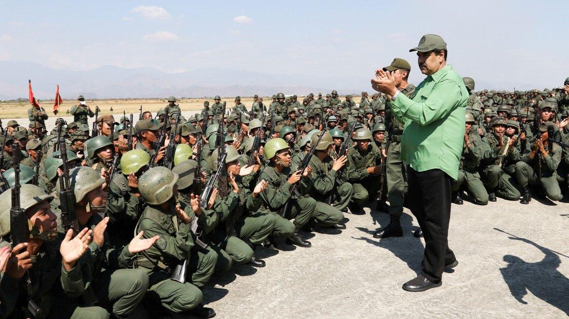 Nicolás Maduro junto a militares venezolanos, una imagen que se repite a diario (Reuters)