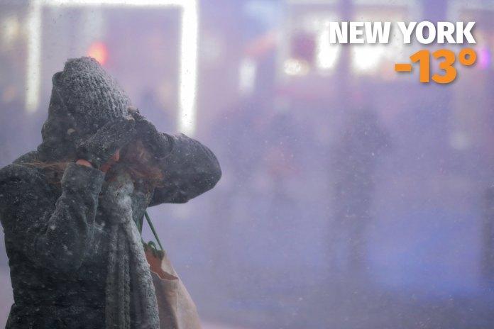 Una mujer lucha contra el frío y la nieve en Times Square, Nueva York, donde la temperatura fue de -13°C