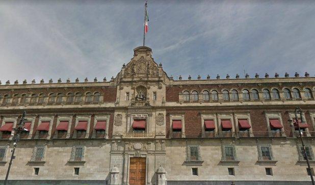 En Palacio Nacional se izó la bandera de Estados Unidos