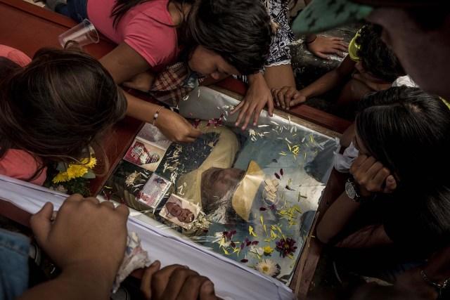 Amigos y familiares lloran a Yonaiker Ordóñez, de 18 años, a quien su familia dijo que fue sacado de la cama y ejecutado por participar en protestas antigubernamentales, en Caracas, Venezuela, 30 de enero de 2019 (Meridith Kohut / The New York Times)