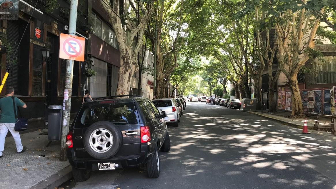 Naranjas: Así son los carteles provisorios de prohibido estacionar mientras duren las obras del Viaducto San Martín, en Palermo