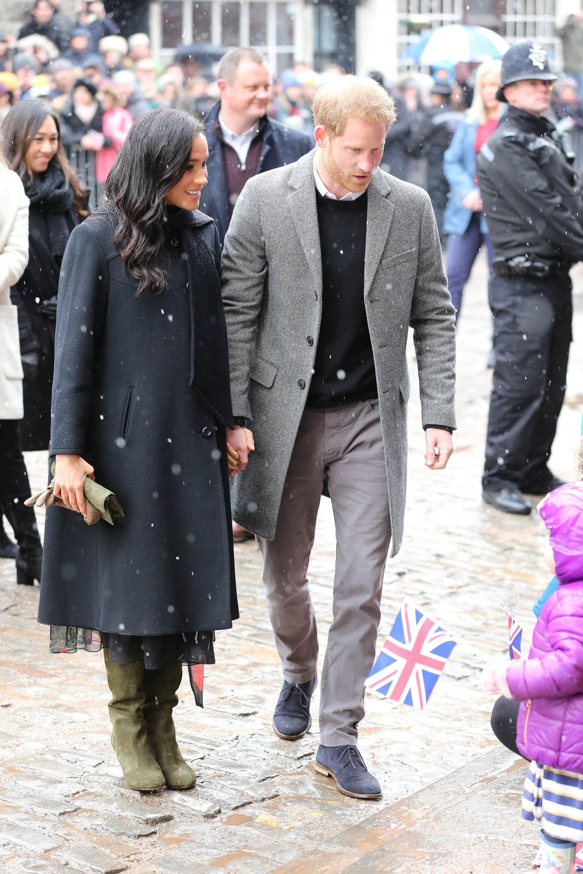 Para soportar el frío invierno europeo, que incluyó nieve, la pareja real vistió abrigos en negro y gris
