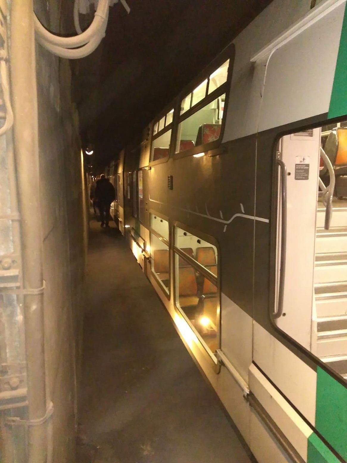 Un tren de la línea A de RER (tren de suburbio que atraviesa París en 18 minutos). Aquí, estacionado. Se ve el pasillo por donde desciende el personal. El tren mide más de 200 metros, tiene dos pisos, y puede transportar 2.600 pasajeros por vez