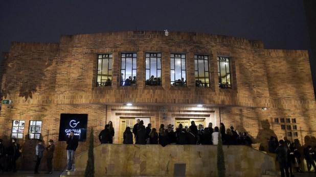 """Vista del edificio donde se realizó el funeral del guionista Fernando Gaitán, creador de """"Yo soy Betty, la fea"""", el 30 de enero en Bogotá, Colombia (Raúl Arboleda/Agence France-Presse — Getty Images/New York Times)"""