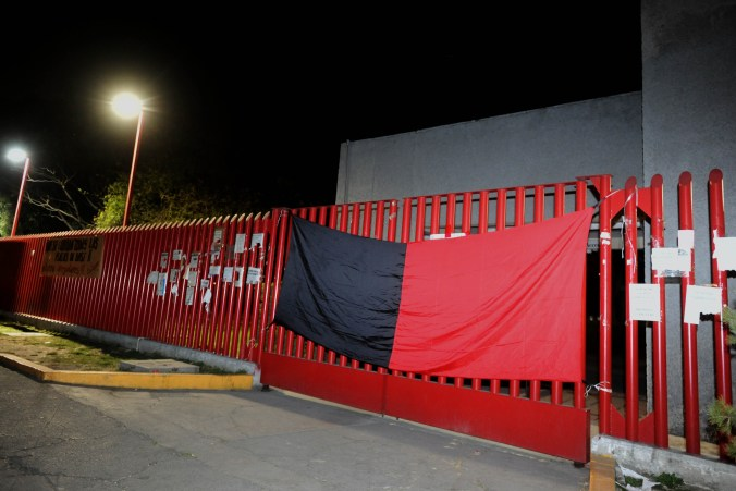 Trabajadores SITUAM colocaron las banderas de huelga al no aceptar el aumento de poco más del3% a su salario (FOTO: LUIS CARBAYO /CUARTOSCURO.COM)