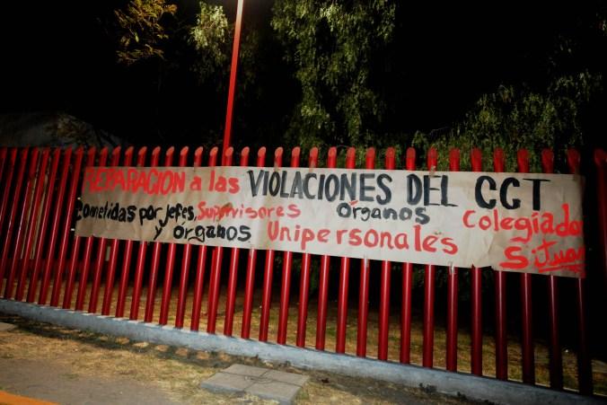 Los trabajadores colocaron las mantas rojinegras en las instalaciones de los planteles. (FOTO: LUIS CARBAYO /CUARTOSCURO.COM)