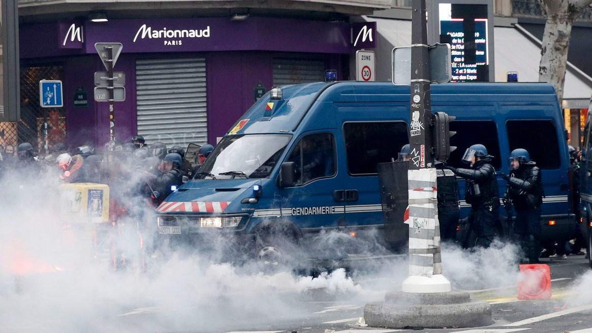 La Policía disparó también postas de goma (EFE/EPA/YOAN VALAT)